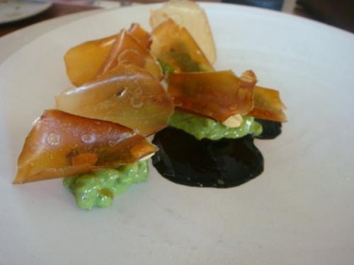 Treće jelo: Sušene kapice sa ječmom kuhanim al dente, lješnjacima i umakom od lignjine tinte, uravnoteženo potočarkom