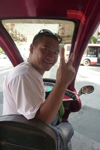 KINA: Chengdu – grad divovskih pandi koji proizvede svaki drugi iPhone Vozac rikse na motoru