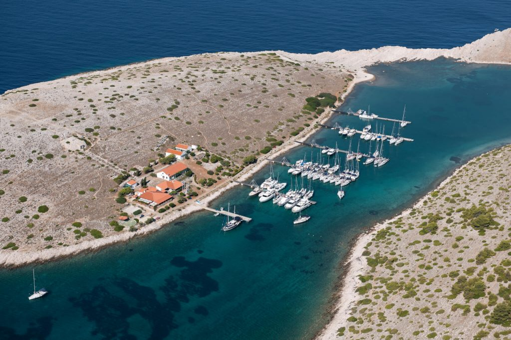 Ljetovanje na brodu u charteru: organizacija najma i planiranje plovidbe ACI marina Piskera 1