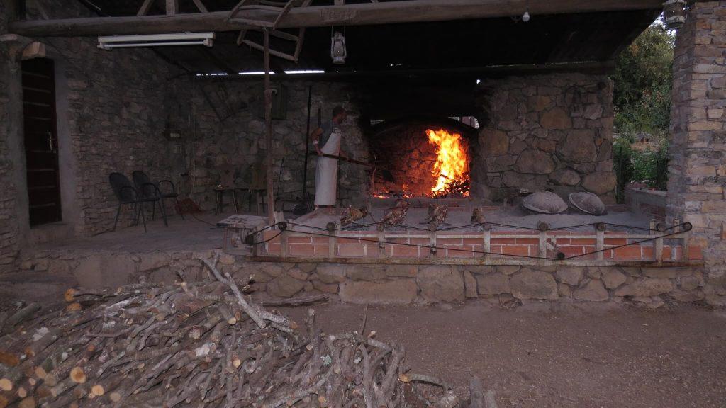 Kako dobro ispeći janje na ražnju Najbolje gorivo za janje na raznju je primorski hrast crnika Snimio Mladen Gerovac