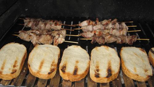 Ražnjići su pečeni, uz prepečene šnite kruha